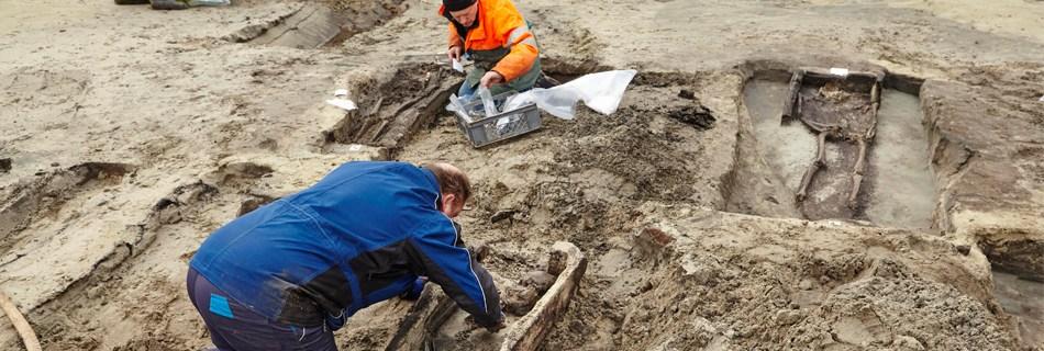 De bouwput voor het nieuwe politiekantoor in Koksijde veranderde van de ene dag op de andere in een archeologische werf. In sommige gevallen had het hout van de kist de eeuwen goed overleefd ©Kris Vandevorst, agentschap Onroerend Erfgoed