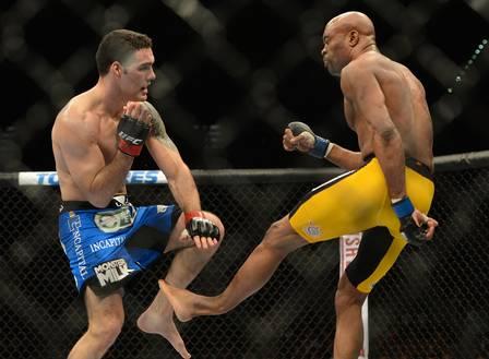 Anderson Silva quebra os ossos da perna esquerda após chutar Weidman