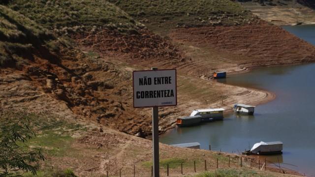 Represa de Paraibuna seca em novembro do ano passado: problema longe do fim