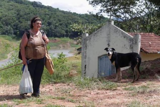 Odete Macedo, moradora da região do Paraibuna, sofre com a seca do rio
