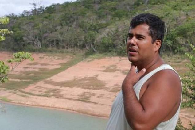Marlon Soares e a vista das margens secas do rio Paraibuna