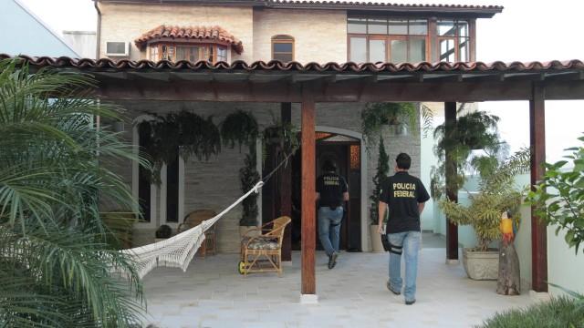 Policiais federais cumprem ordem de busca e apreensão na casa de Marcos Esteves, no Condomínio Suíça Carioca, em Jacarepaguá