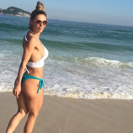 A dentista Natália Schubert, mulher do médico do Flamengo e do UFC, exibe corpaço nas redes sociais