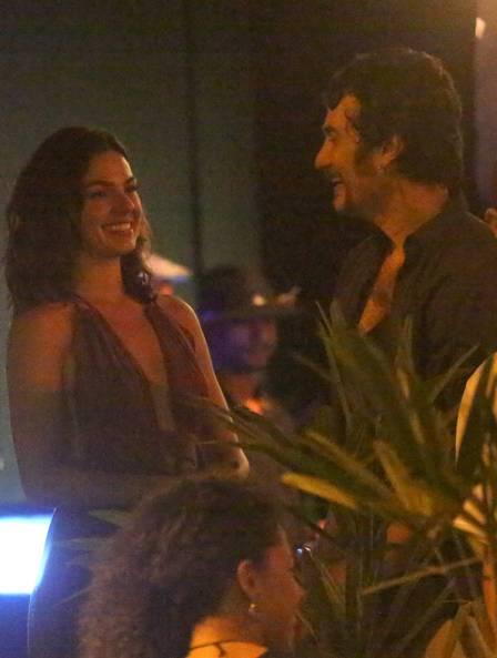 Isis Valverde e Gabriel Braga Nunes se encontram em bar
