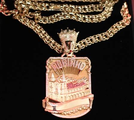 Adriano Imperador paga R$ 120 mil em cordão de ouro e diamantes