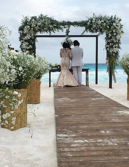 O casal durante a cerimônia em Cancún