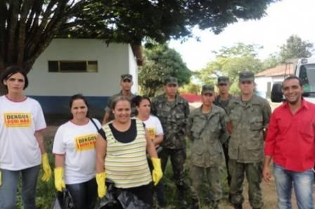 Ao lado de agentes e oficiais do Exército, o prefeito Erick Marcus: combate polêmico à dengue através da fé