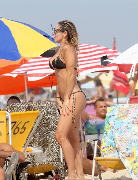 Danielle Winits aproveita dia de sol na Praia da Barra