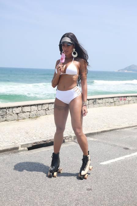 Aline Riscado durante fotos no Rio