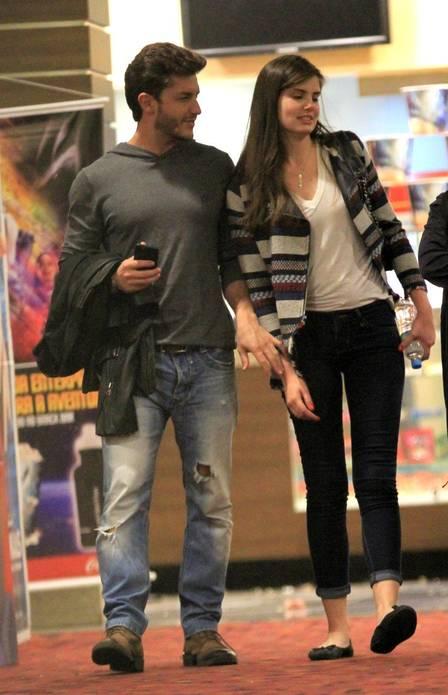 Klebber Toledo e Camila Queiroz no cinema