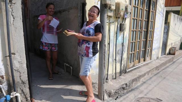 Dilma Rangel fazendo corpo a corpo em ruas do bairro Tubiacanga, na Ilha do Governador