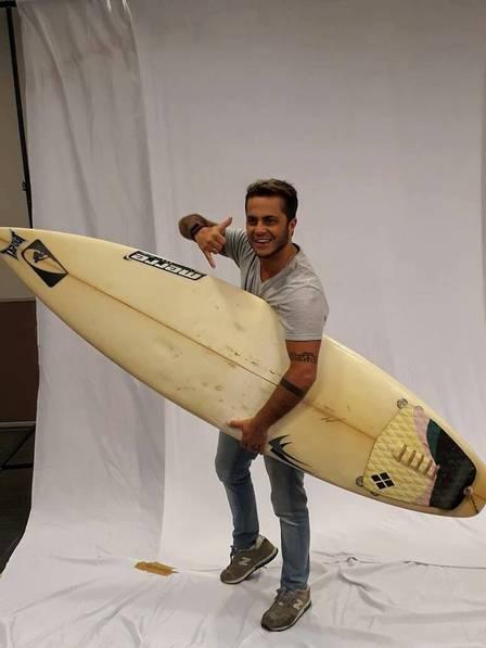 Thammy Miranda interpreta surfista no teatro