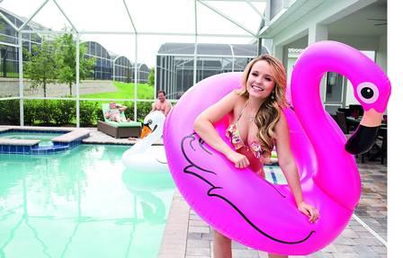 Larissa Manela aproveita a piscina de sua mansão