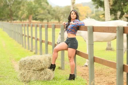 Graciele Lacerda comemora mudança de casa com Zezé