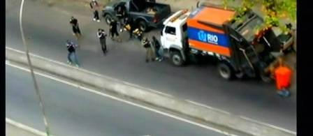 Imagens mostram bandidos atirando contra policiais antes de invadirem o Hotel Intercontinental