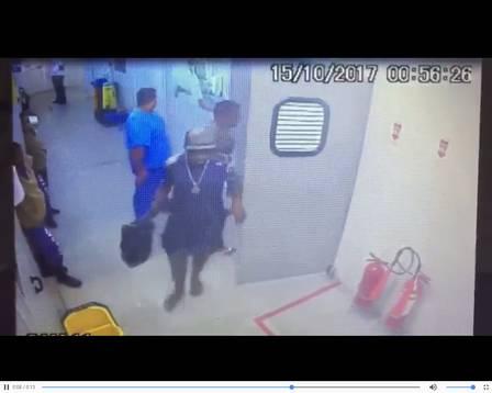 Numa das imagens, um homem é visto saindo da sala de emergência carregando u colete balístico que era usado pelo bandido ferido