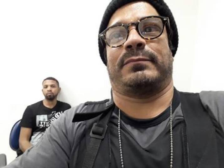 Mais uma selfie de policial com Rogério que circula em redes sociais