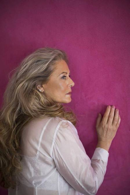 Vera Fischer: contrato renovado, ensaio sensual e programa no youtube
