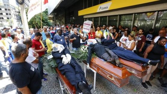 Trabalhadores fazem manifestação na superintendência estadual da empresa, na Avenida Presidente Vargas, no Rio
