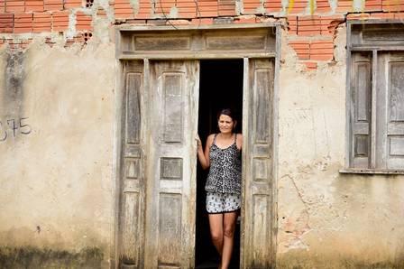 Mãe de Gleici na casa em que a família mora, no Acre