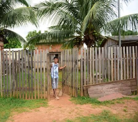 Irmão de Gleice na casa onde eles moram, no Acre
