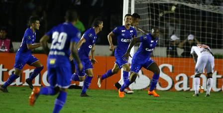 Sassá comemora um dos gols do Cruzeiro sobre o Vasco na Libertadores