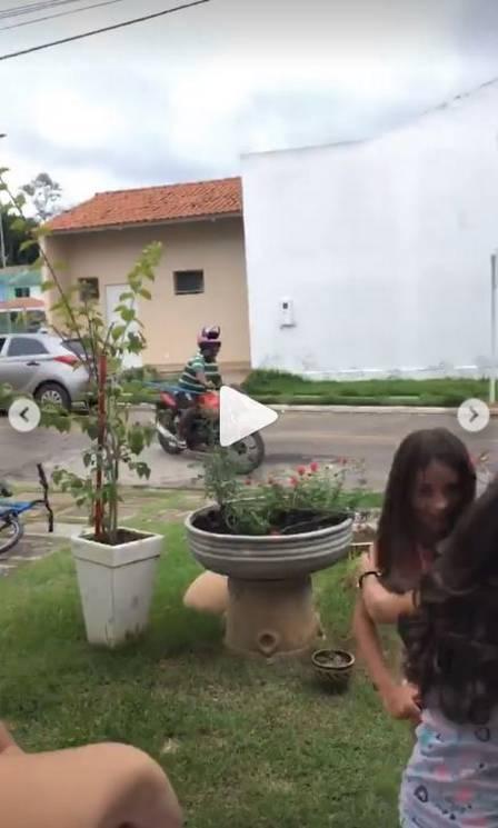Gleici faz video na nova casa