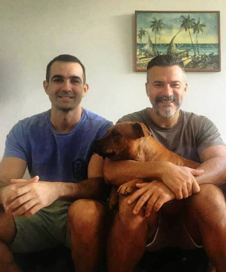 Leandro Fonseca e Leonardo Vieira com o cão do casal