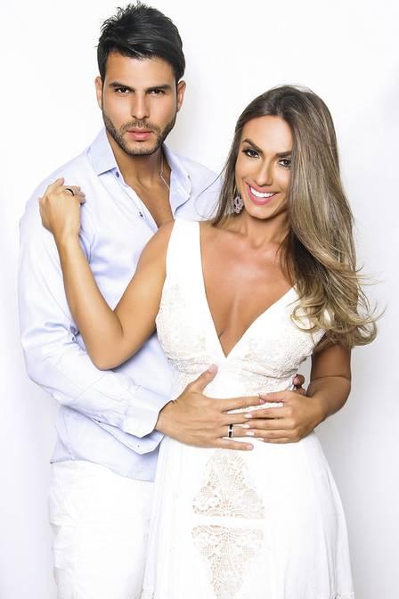 Juntos há qusee 4 anos, Nicole Bahls e Marcelo Bimbi se casam no dia 4 de dezembro
