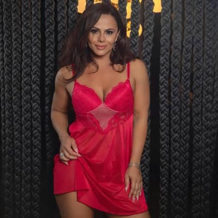 Viviane Araújo faz a temperatura subir de camisola