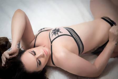 Núbia Oliiver faz ensaio ousado para dia dos namorados