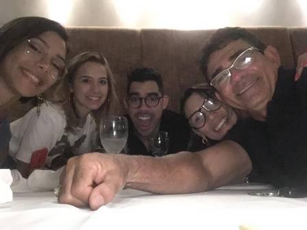 Família de Gabriel Diniz, da esquerda para a direita: Mylena (irmã), Karoline Calheiros (noiva), Gabriel Diniz, Ana Maria e Cizinato (pais)