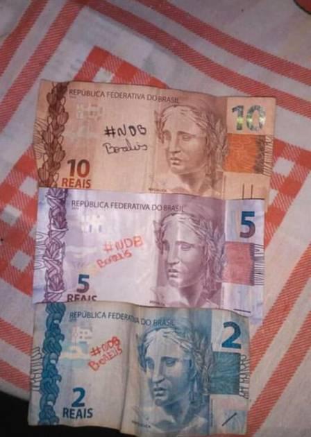 Nego do Borel é vítima de golpe que daria prêmio de até R$ 1 mil para quem achasse notas de reais rabiscadas com #ndb