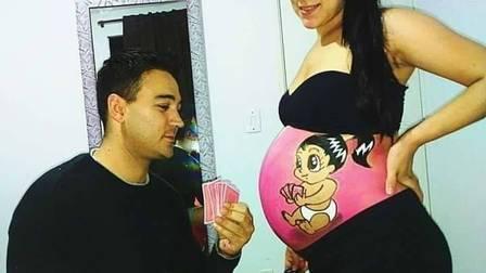 Rafael com Cassia após fazer mais um desenho na barriga da ex-mulher