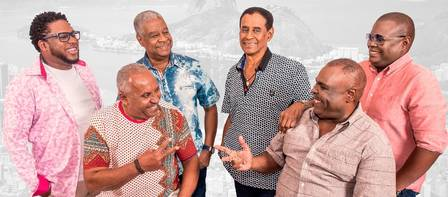 Ubirany (camisa jeans azul) com os integrantes do Fundo de Quintal