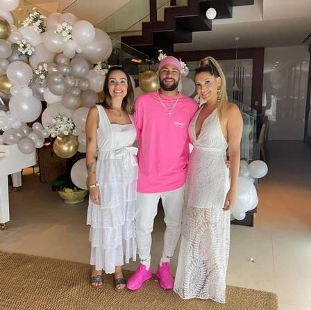 Neymar trocou de look para a festa na mansão que alugou