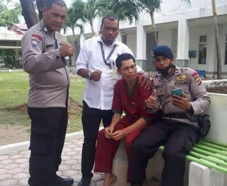 Abrip Asep (de vermelho) foi identificado como sobrevivente da tsunami de 2004