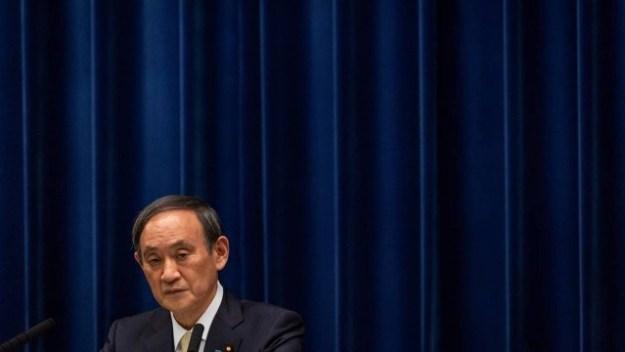 Yoshihide Suga, em coletiva para a imprensa, nesta sexta-feira