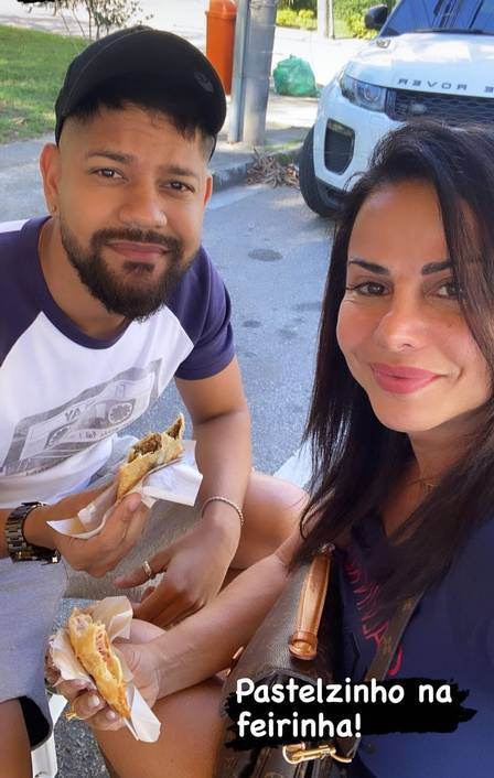Viviane Araújo and her groom ate pastries at the fair before the wedding