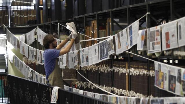 A foto (extraída d'O Globo) é de um funcionário da BN secando páginas de periódicos molhadas durante o vazamento de água do ar-condicionado central
