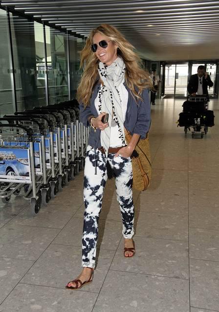 A top Elle Macpherson usou uma echarpe leve com acabamento de bolinhas