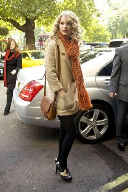 Estilosa, Taylor Swift espanta o frio com cachecol de tricô