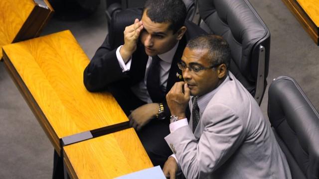 Deputado federal Romário usou o Facebook e o Twitter para atacar o técnico Mano Menezes
