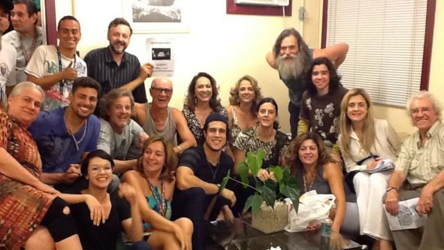O elenco reunido para assistir à novela