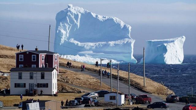 Iceberg gigante aportou em pequena cidade no Canadá