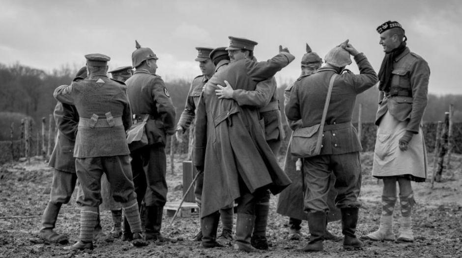 Alemães e britânicos se abraçam durante a Trégua de Natal da Primeira Guerra Mundial.