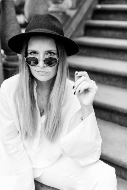 extraschoen_blog_outfit_all_white_stairs_sunnies_eyes_mini