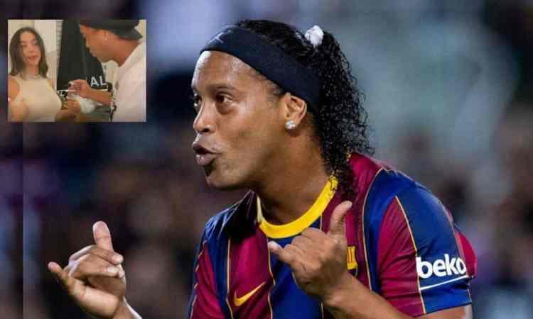 Modelo pide a Ronaldinho un autógrafo en sus pechos y se vuelve viral