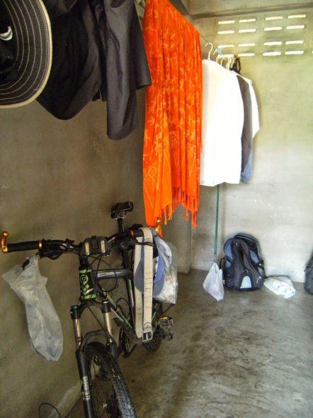 TAILANDIA, Suan Mokkh, habitación desde puerta
