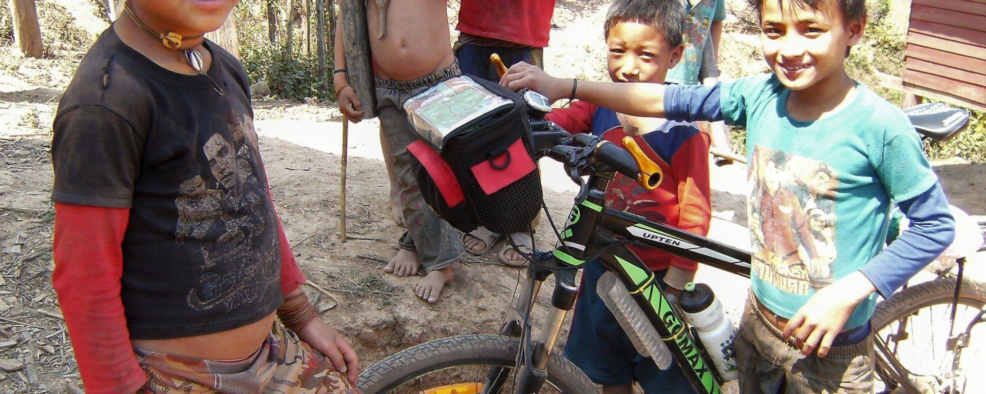 Niños akha con bicicleta, Laos